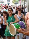 Młoda kobieta bawić się tradycyjnego pielgrzymka bęben Zdjęcie Stock