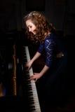 Młoda kobieta bawić się uroczystego pianino zdjęcie stock