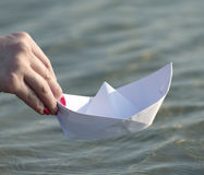 Młoda kobieta bawić się z papierową łodzią Zdjęcia Royalty Free