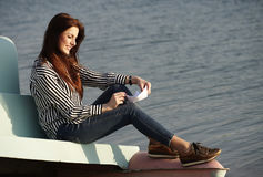 Młoda kobieta bawić się z papierową łodzią Zdjęcia Stock