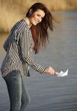 Młoda kobieta bawić się z papierową łodzią Zdjęcie Stock