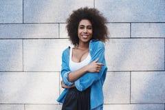 Młoda kobieta bezpłatny styl na ulicie na szarość izoluje huggi obraz royalty free