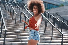 Młoda kobieta bezpłatny styl na uliczny chodzący pobliski schodków skakać fotografia royalty free