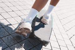 Młoda kobieta bezpłatny styl na uliczny jazdy deskorolka na ro zdjęcia royalty free
