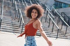 Młoda kobieta bezpłatny styl na ulicznym chodzącym pobliskim schodka spinnin obraz royalty free