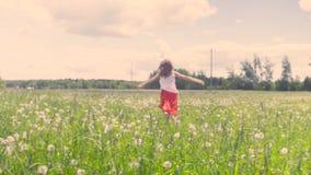 Młoda kobieta bieg na łące zdjęcie wideo