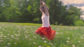 Młoda kobieta bieg na łące zbiory