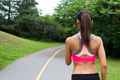 Młoda kobieta bieg na jogging śladzie fotografia stock