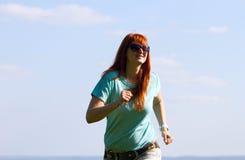 Młoda kobieta bieg na wiosny łące Fotografia Stock