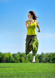 Młoda kobieta bieg na zielonej łące zdjęcia royalty free