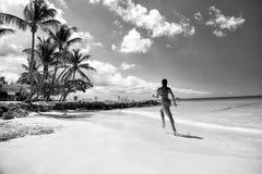 Młoda kobieta bieg przy tropikalną plażą obrazy stock