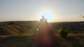 Młoda kobieta bieg w długiej purpurze ubierają przez winnicy na górze zdjęcie wideo