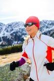 Młoda kobieta bieg w górach na zima słonecznym dniu zdjęcie stock