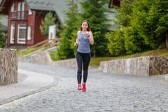 Młoda kobieta bieg w halnym europejskim miasteczku w ranku zdjęcia royalty free