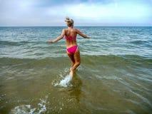 Młoda kobieta bieg w wodzie obraz stock