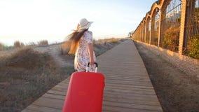 Młoda kobieta bieg z czerwoną walizką zdjęcie wideo