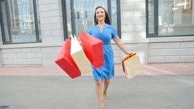 Młoda kobieta bieg z torba na zakupy w rękach outdoors zbiory wideo