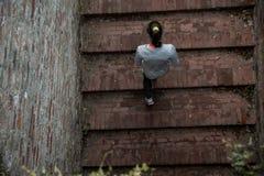 Młoda kobieta biega na piętrze Obrazy Royalty Free
