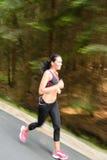 Młoda kobieta biega outdoors ruch plamę obraz royalty free