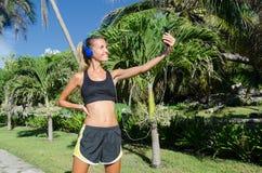 Młoda kobieta biegacz bierze selfie fotografia royalty free