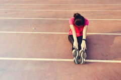 Młoda kobieta biegacz grże up plenerowego obrazy stock