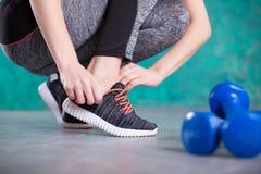 Młoda kobieta biegacz wiąże shoelaces dieta około tło bow puste pojęcia wyświetlania numerów jego skali diety środki wiążące taśm Zdjęcia Stock