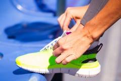 Młoda kobieta biegacz wiąże shoelaces, lato sport plenerowy obraz royalty free