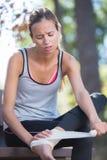 Młoda kobieta biegacza appling bandaż po urazu kostki Obraz Stock