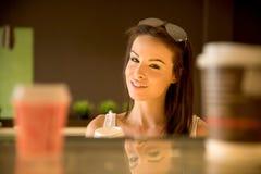 Młoda kobieta bierze daleko od kawę obraz royalty free