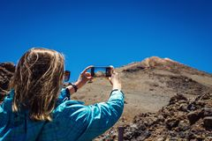 Młoda kobieta bierze fotografię z jej telefonem zadziwiające góry l obrazy royalty free