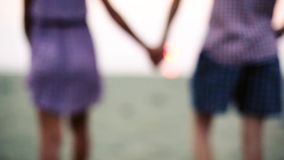 Młoda kobieta bierze mężczyzna rękę Para trzyma ręki i spacery morze 1920x1080 zdjęcie wideo