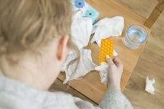 Młoda kobieta bierze medycynę w domu tabletki ćpa zdjęcie stock