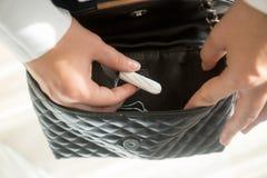 Młoda kobieta bierze menstrual tampon od kiesy zdjęcia royalty free