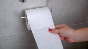 Młoda kobieta bierze papier toaletowego w ręce Wręcza brać prześcieradła papier od toaletowej rolki zdjęcie wideo