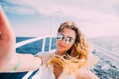 Młoda kobieta bierze selfie t na jachcie unosi się w morzu Zdjęcia Stock