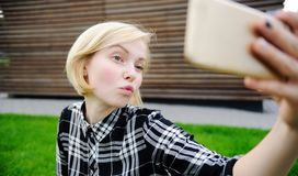 Młoda kobieta bierze selfie z mądrze telefonem obraz royalty free
