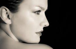 Młoda kobieta budzący emocje portret Zdjęcia Royalty Free