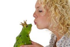 Młoda kobieta całuje żaby książe Fotografia Royalty Free