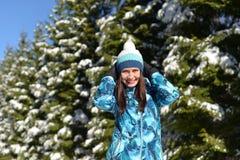 Młoda kobieta chodzi w śnieżnym lesie na Pogodnej zimie zdjęcia stock