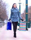 Młoda kobieta chodzi w dół ulicę miasto z torba na zakupy Zdjęcia Royalty Free