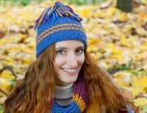 Młoda kobieta chodzi w jesieni drewnie Obraz Royalty Free