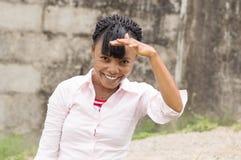 Młoda kobieta chuje słońca światło jej lewą ręką Zdjęcie Stock