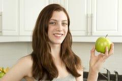Młoda kobieta chwytów zielony jabłko Obraz Royalty Free