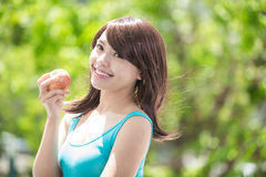 Młoda kobieta chwyta czerwieni jabłko Zdjęcie Stock