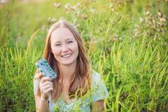 Młoda kobieta chwyty w ona ręki alergii pastylki przez alergii ragweed obraz stock