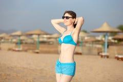 Młoda kobieta cieszy się światło słoneczne zdjęcia stock