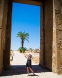 Młoda kobieta cieszy się światło słoneczne Egipt i podróż Pozytywny Myślący Pojęcie zdjęcia stock