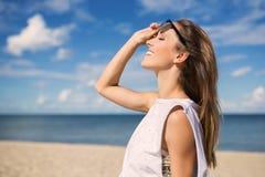 Młoda kobieta cieszy się lato na plaży zdjęcia royalty free