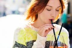 Młoda kobieta cieszy się napój na słonecznym dniu Fotografia Stock