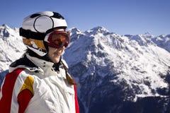 Młoda kobieta cieszy się narciarstwo Zdjęcia Royalty Free